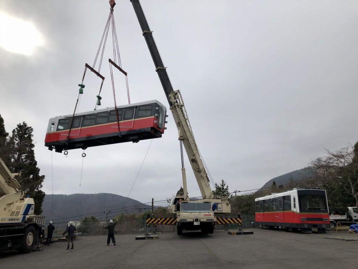 クレーンにより行われる新型車両の搬入作業