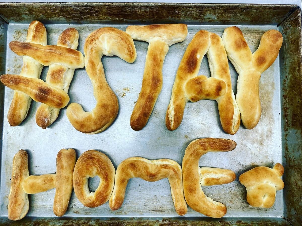 「パン工房ジョイ」が焼き上げた「STAY HOME」のメッセージパン