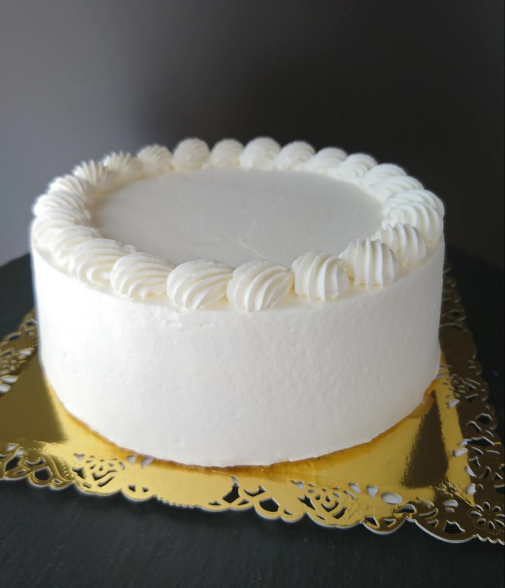 自由自在にデコレーションを楽しめる「自由にデコできるホールケーキ」(写真はホワイトクリーム)