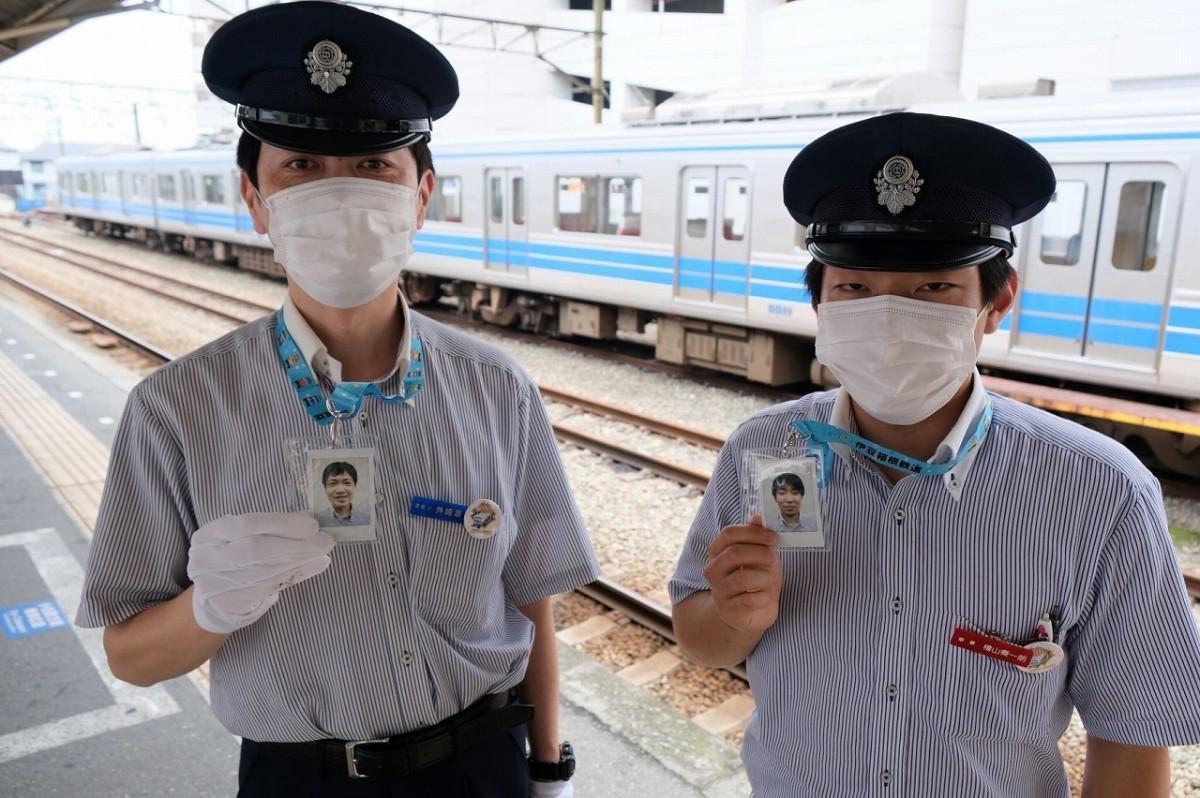 伊豆箱根鉄道大雄山線の駅員及び乗務員が「マスクの下は笑顔」を「instaxチェキ」で撮影し身につけている