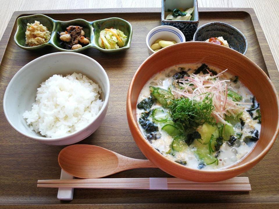 「なりかけとうふの冷汁御膳~特別~」は、なりかけとうふの冷汁、ごはん、総菜2種、漬物、大豆煮、くみ上げ湯葉、引き上げ湯葉のセット