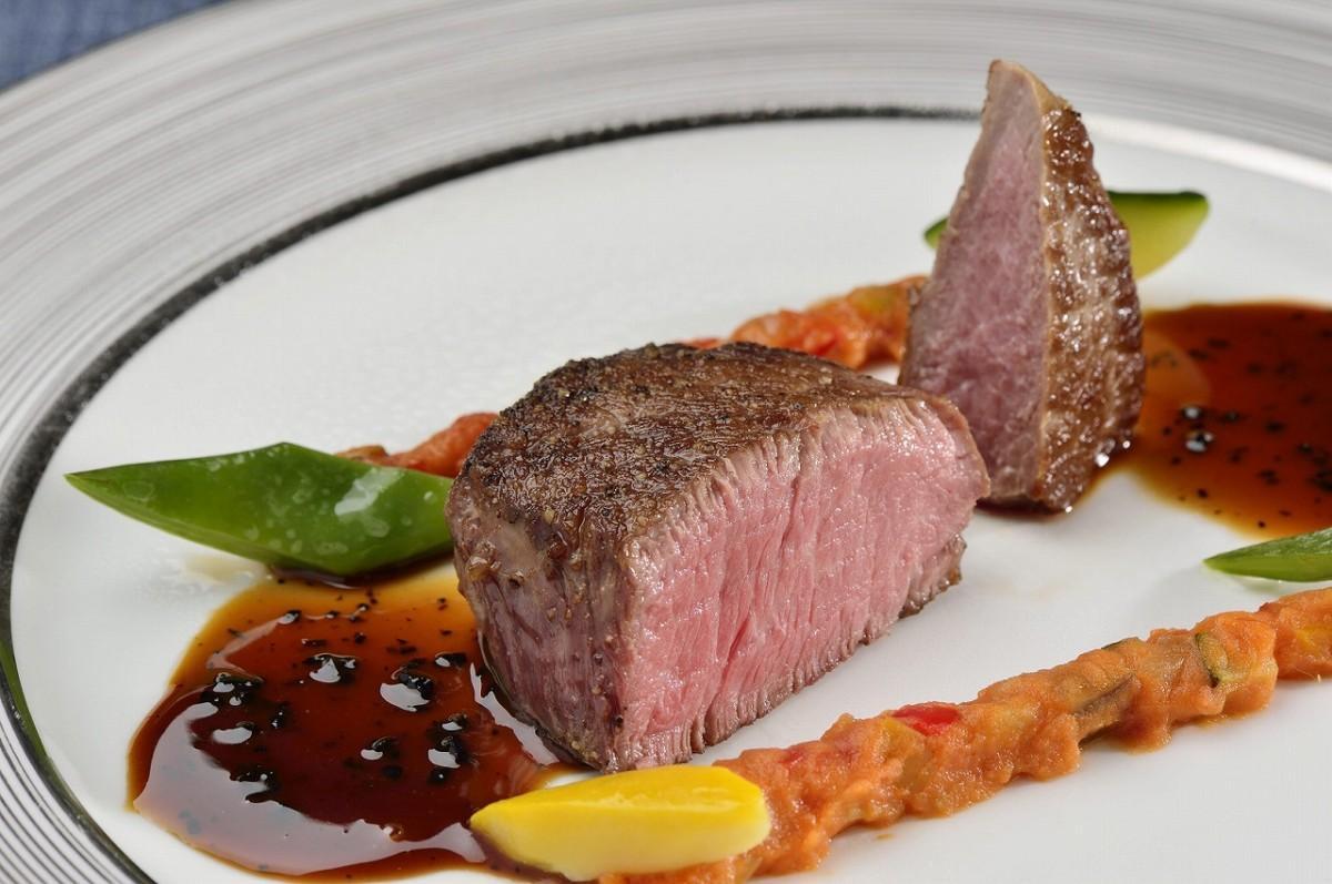 ザ・プリンス 箱根芦ノ湖のディナーコースとして提供される「箱根西麓牛フィレ肉のソテー」