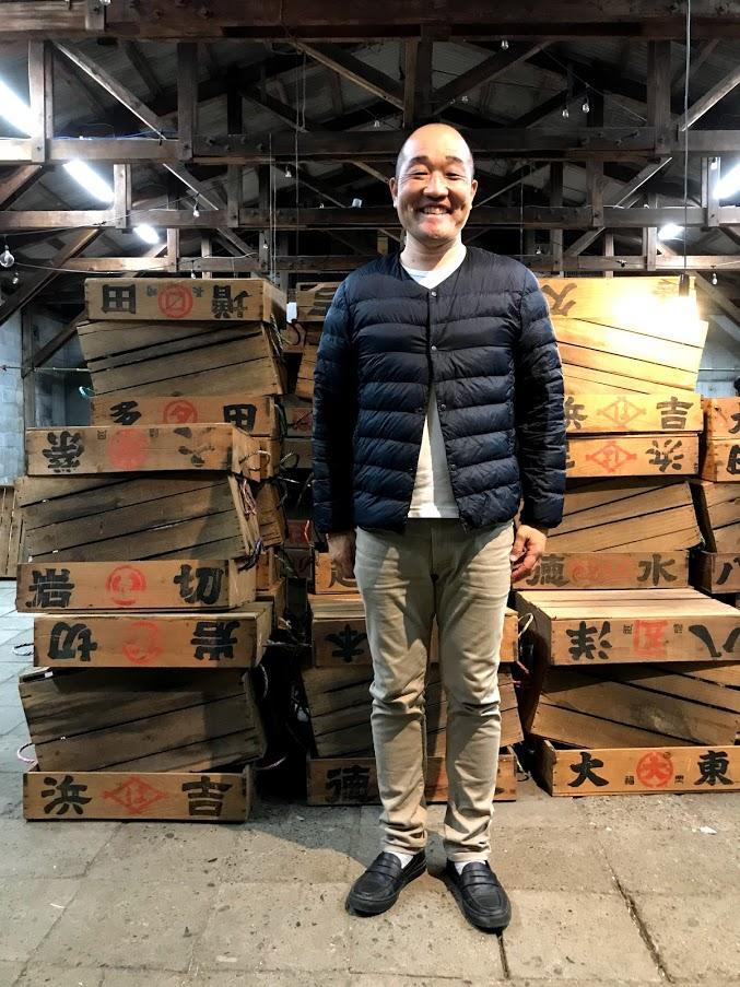 杉山大輔さんは「漁業やかんきつ類など地域のなりわいを支えてきた箱。多くの人が活用してくれるので有り難い。地域のつながりが続いていけばうれしい」と話す。(撮影=新倉健一郎さん)