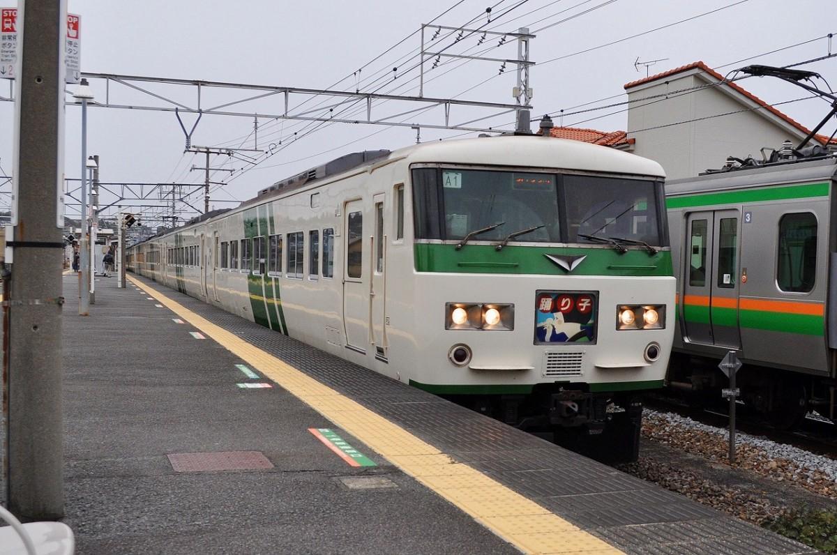 小田原漁港に近い早川駅を通過する185系「踊り子」