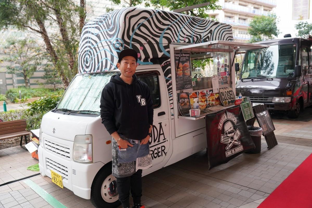 ヤスダバーガーのキッチンカーと店主の安田稔弘さん(撮影=12月6日)