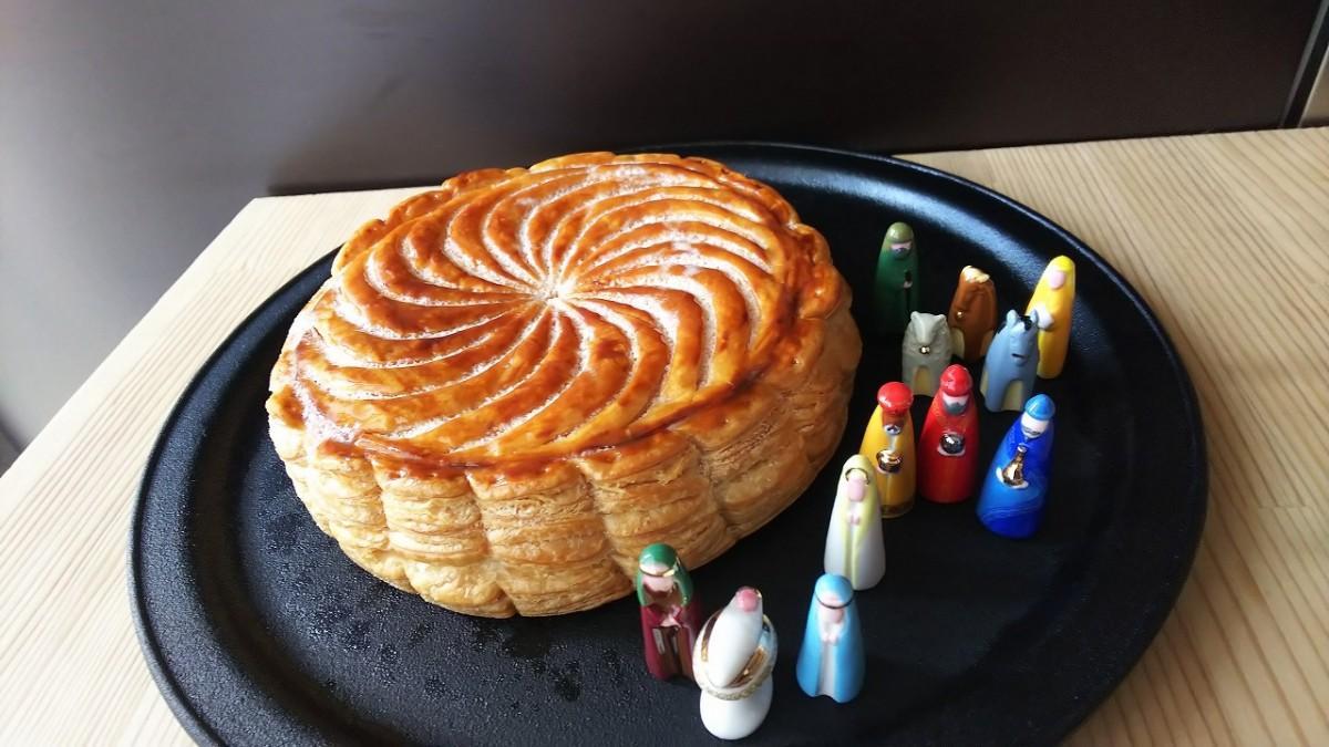 店頭のパイ菓子「ガレット・デ・ロワ」と小さな人形「フェーヴ」