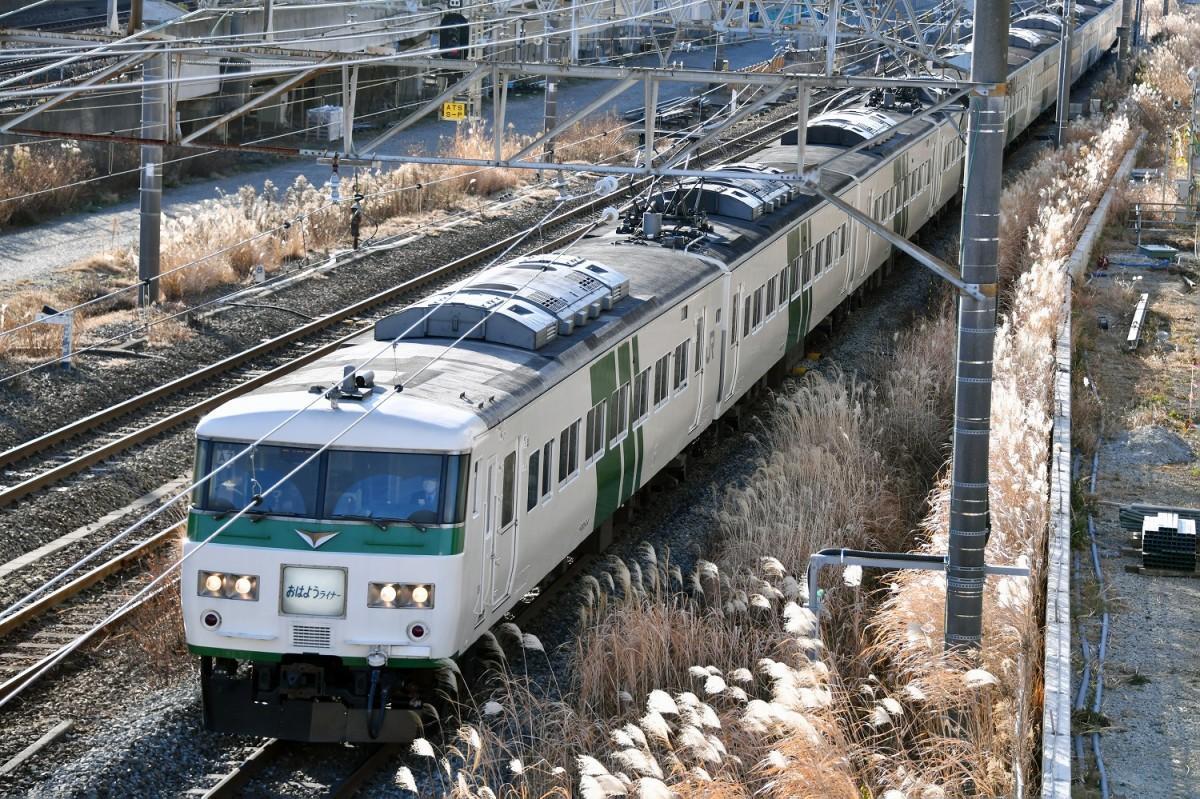 「185系」車両で運行されている「おはようライナー新宿26号」は姿を消す(1月19日撮影=加藤恵三)
