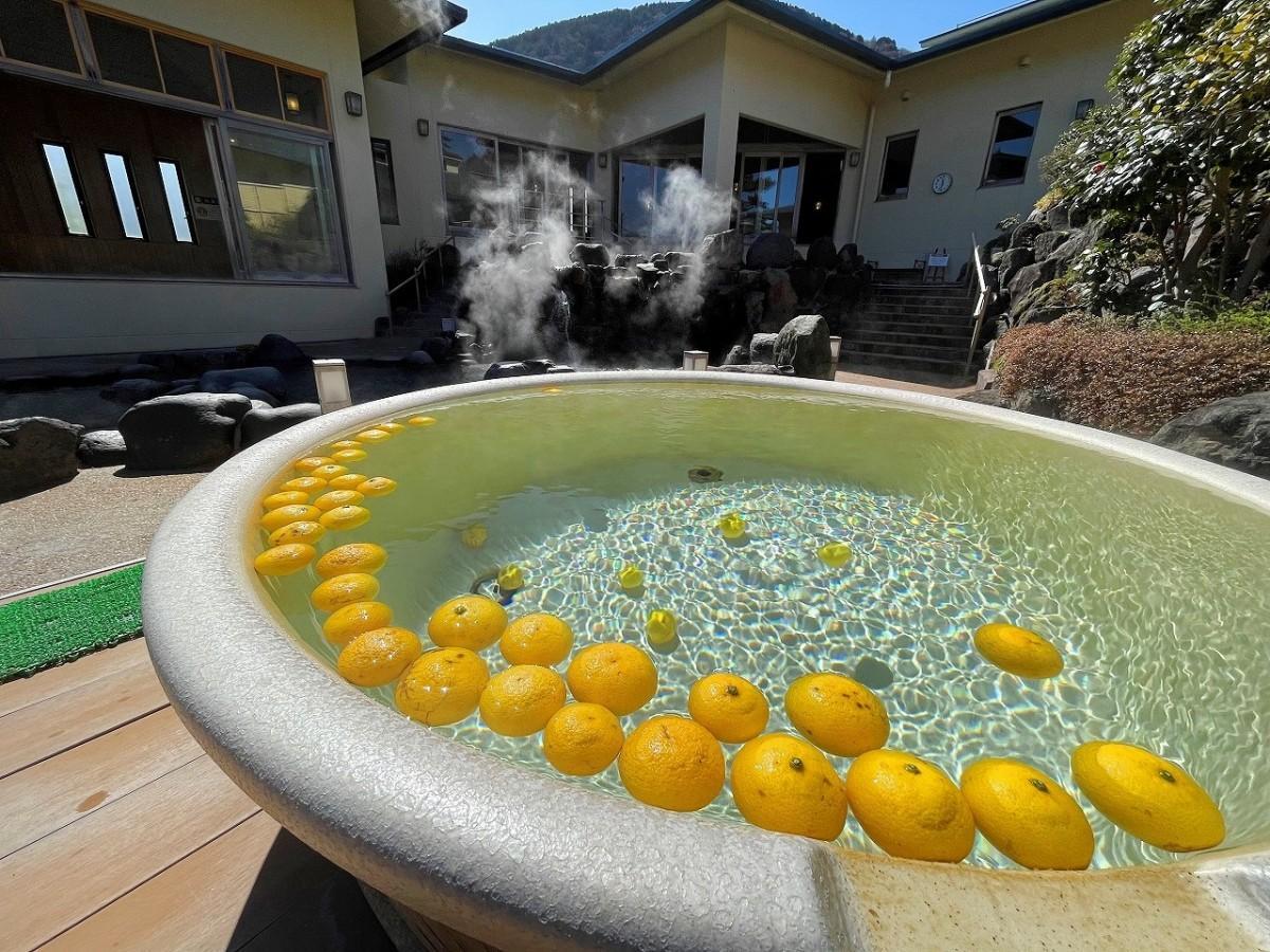 信楽焼の陶器風呂に湘南ゴールドを浮かべる「湘南ゴールドの湯」