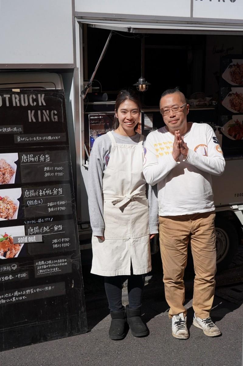 「Foodtrack King(フードトラックキング)」。準備の忙しい中、おたずねして撮影。塚田健仁さん(右)と露木幸加さん(左)。東京西麻布「do TERRA JAPAビル」前で