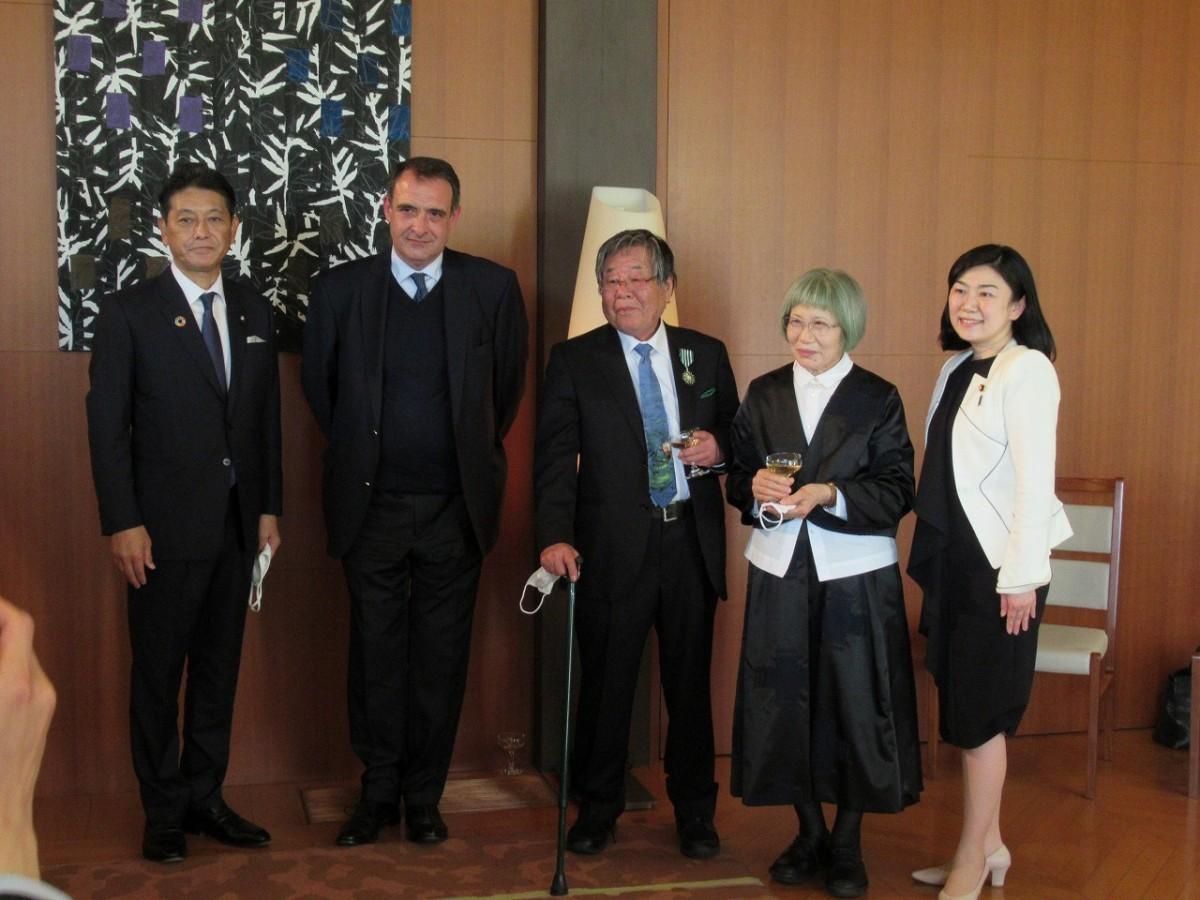 在日フランス大使館公邸で行われた叙勲式の様子(写真提供=町立湯河原美術館)