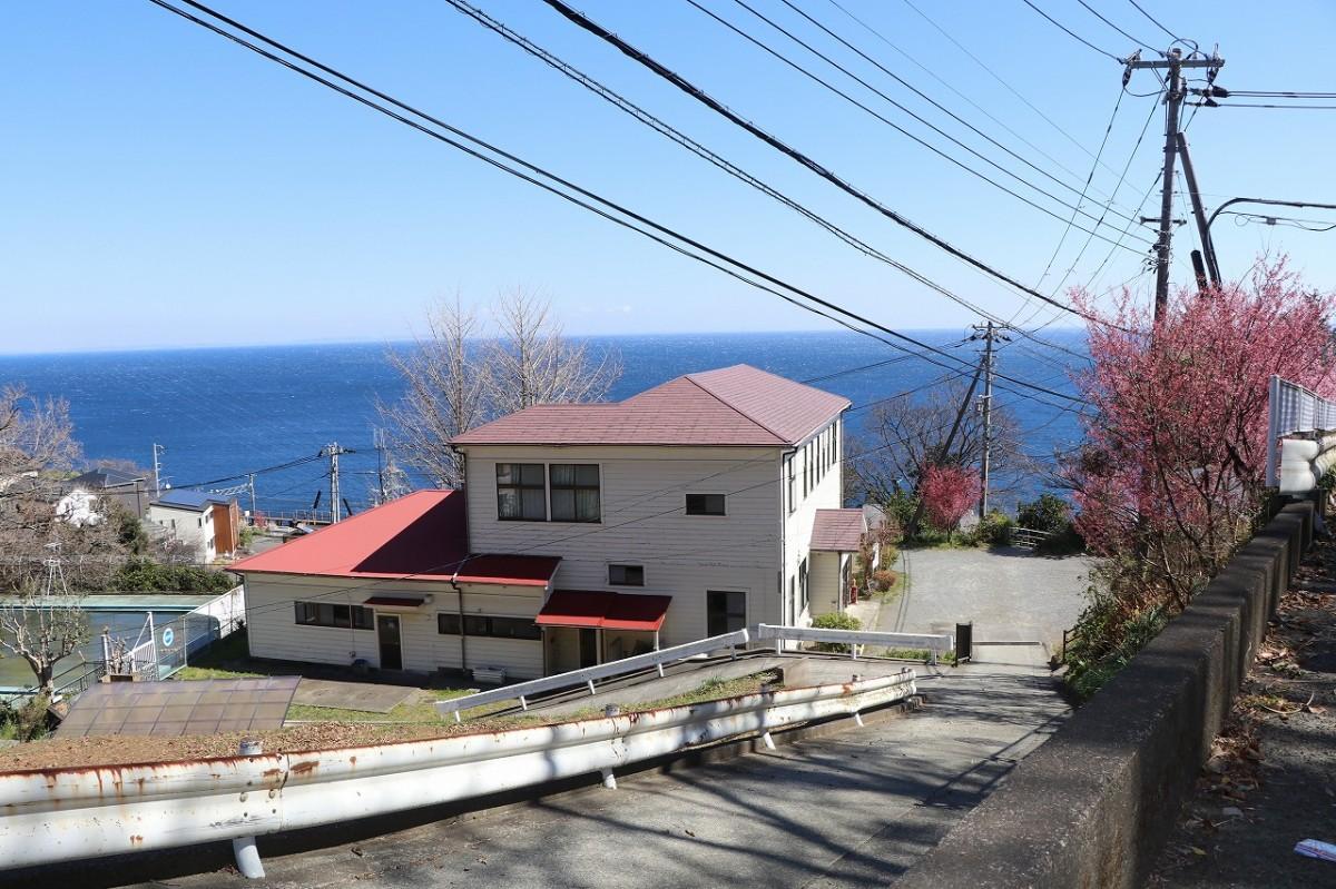 相模湾を一望する丘に立つ「旧片浦支所」