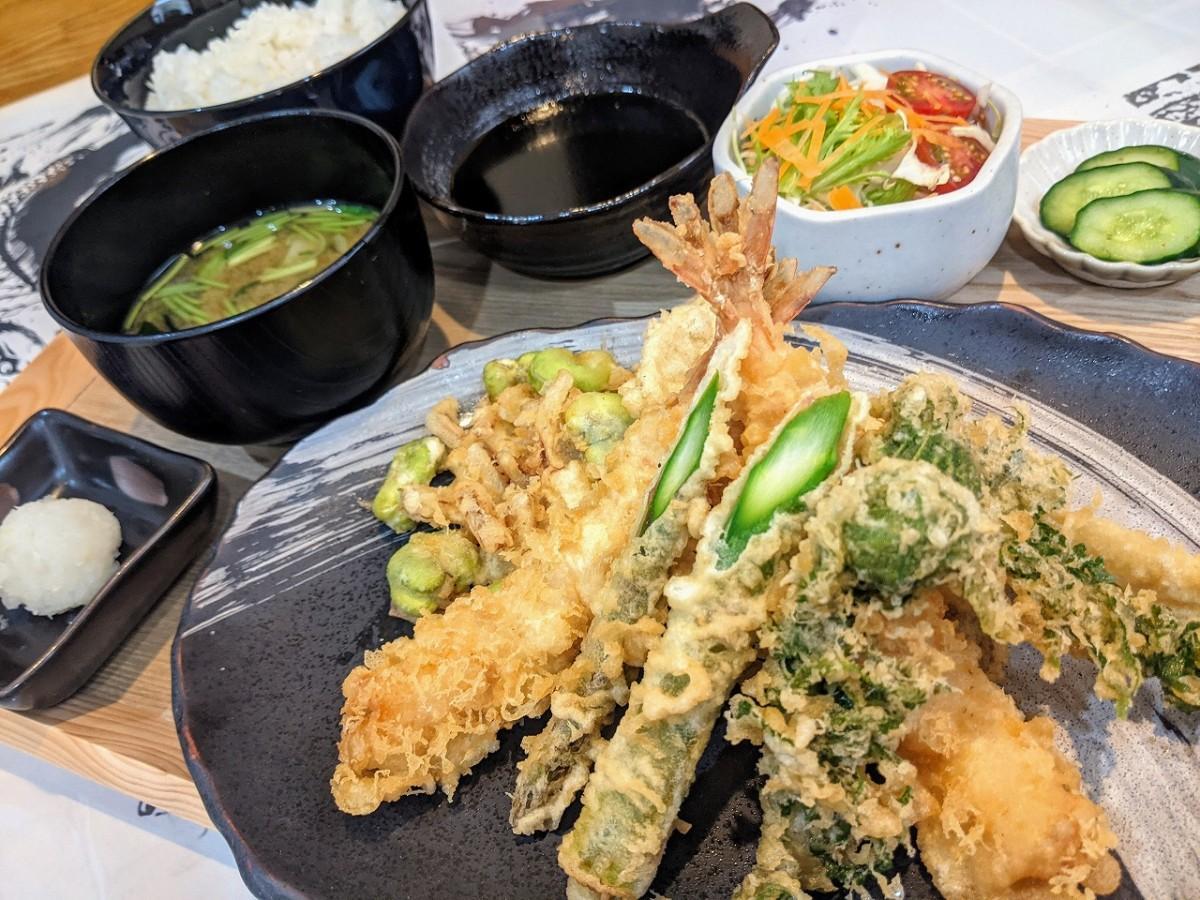 「天ぷら満天」で提供する「新緑」(海老2本、さつまいも、サヨリ、こごみ、アスパラ、そら豆と玉ねぎのかき揚げ)
