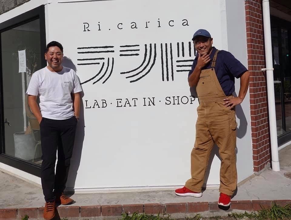 「リ・カーリカ ランド」の前で堤亮輔さん(左)と檀上貴史さん(右)