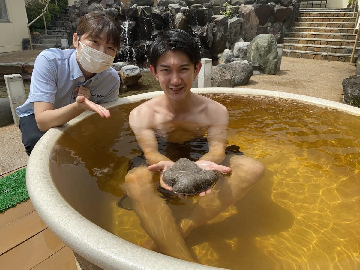 「箱根山麓紅茶の湯」で試し入浴するスタッフ(左は高橋友恵さん)
