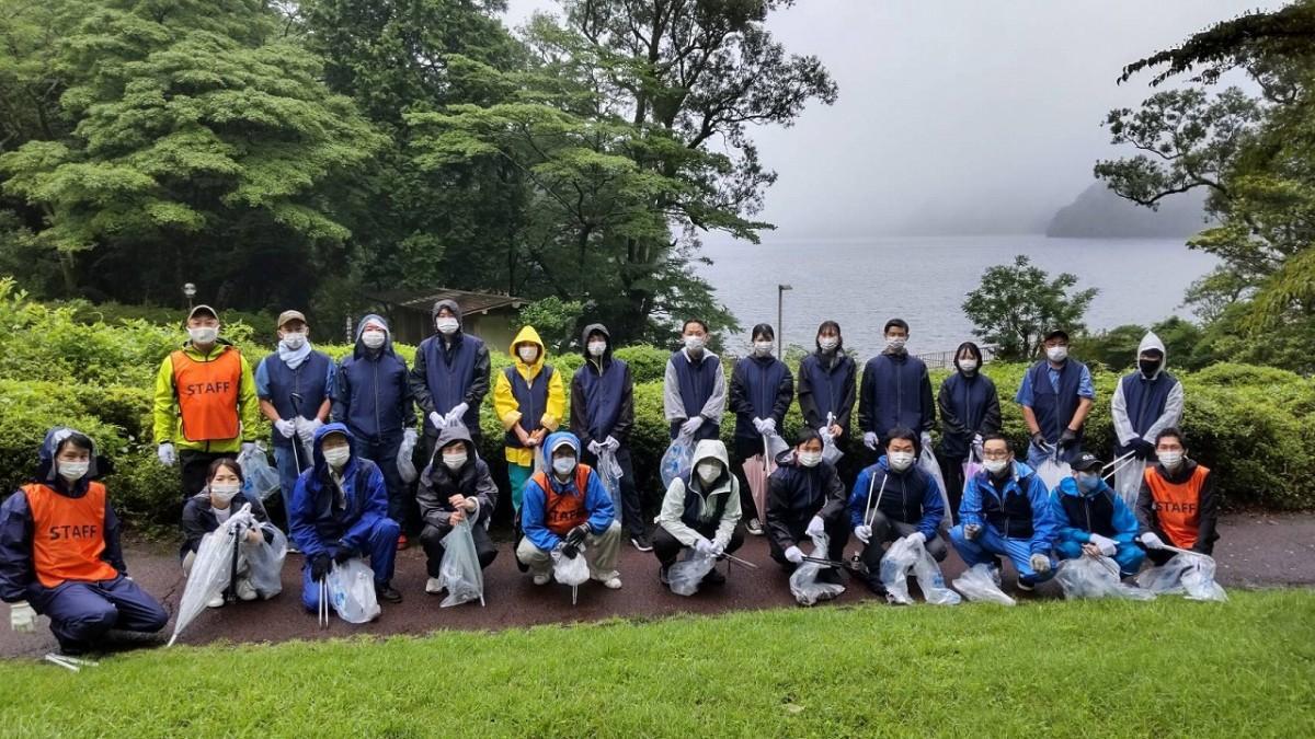 プリンスホテルのほか、富士屋ホテル、小田急リゾーツ、藤田観光、箱根ホスピタリティーの5社から100人が参加して行われた「箱根クリーン作戦」の一斉清掃