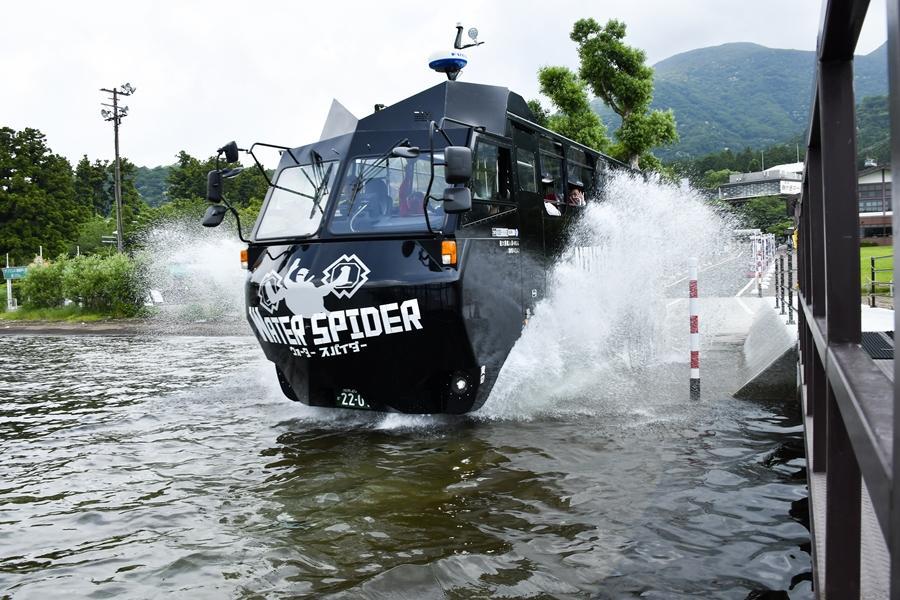 芦ノ湖にダイブする「NINJAバス(NINJABUS WATER SPIDER)」