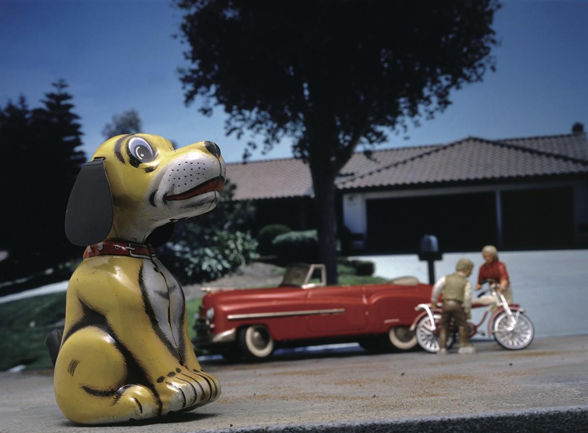 ブリキのおもちゃと、世界を旅して撮影してきた風景写真とを、手製のジオラマと組み合わせたトシ・ワカバヤシさんの作品「WAITING DOG」。(C)トシ・ワカバヤシWAITING DOG 1960's B.G. MY HOUSE ESCONDIDO S.D.
