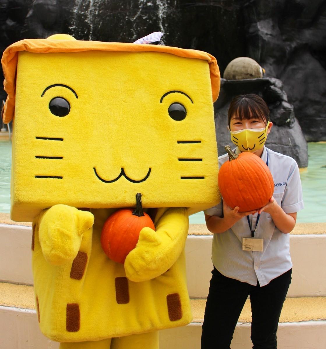 マスコットキャラクターの「ボザッピィ」と広報企画担当の高橋友恵さん