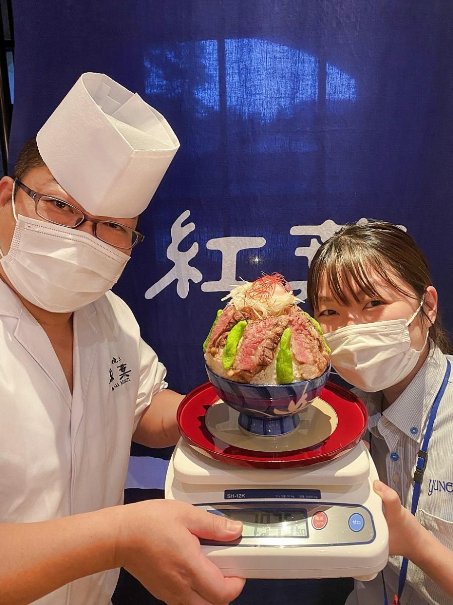 「ギガ盛り生姜カルビ丼」吉田廣之料理長(左)と高橋友恵さん(右)