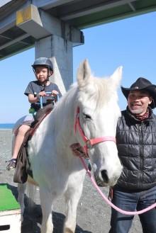 小田原・国府津で「ひき馬&ホースセラピー体験会」 馬とのふれあい楽しむ