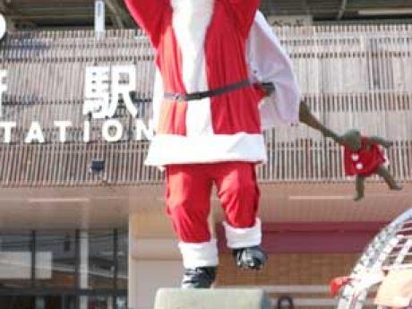 サンタクロースの衣装を着用した「油屋熊八翁」ブロンズ像