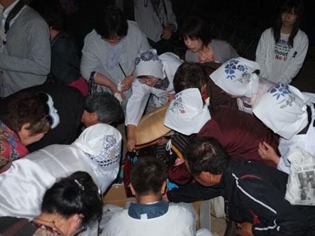 萬弘寺の市「物々交換」で海産物の交換に集まる参加者