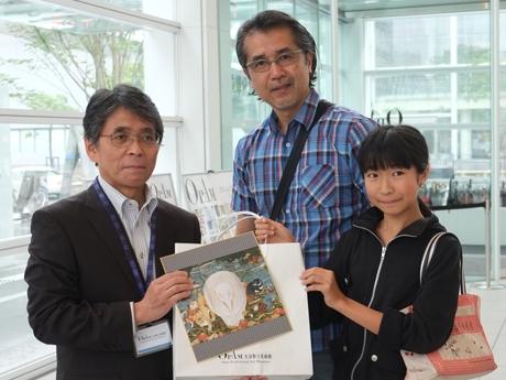 (左から)加藤副館長と20万人目の頼観客となった親子