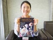 渡辺おさむ展「お菓子の国のアリス」をPRする吉川緑さん