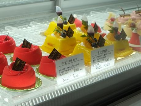 白を基調とした店内のショーケースに並ぶケーキ