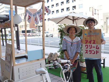 街のコールドステーション「kiinto」販売担当の藤井さん(右)