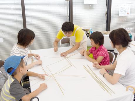 竹細工のワークショップに参加する子どもたち