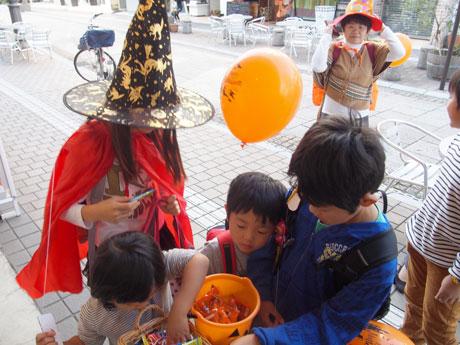 府内町で開催中の「ハロウィーンウィーク」に仮装して参加する子ども達の様子