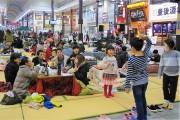 大分の中心商店街で50台のこたつ、世代超えた相席に満席続く