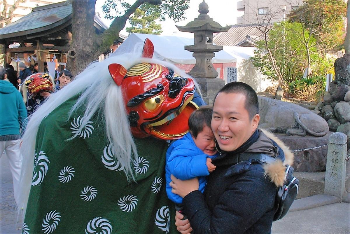 子どもの頭をかむ長浜神社の獅子