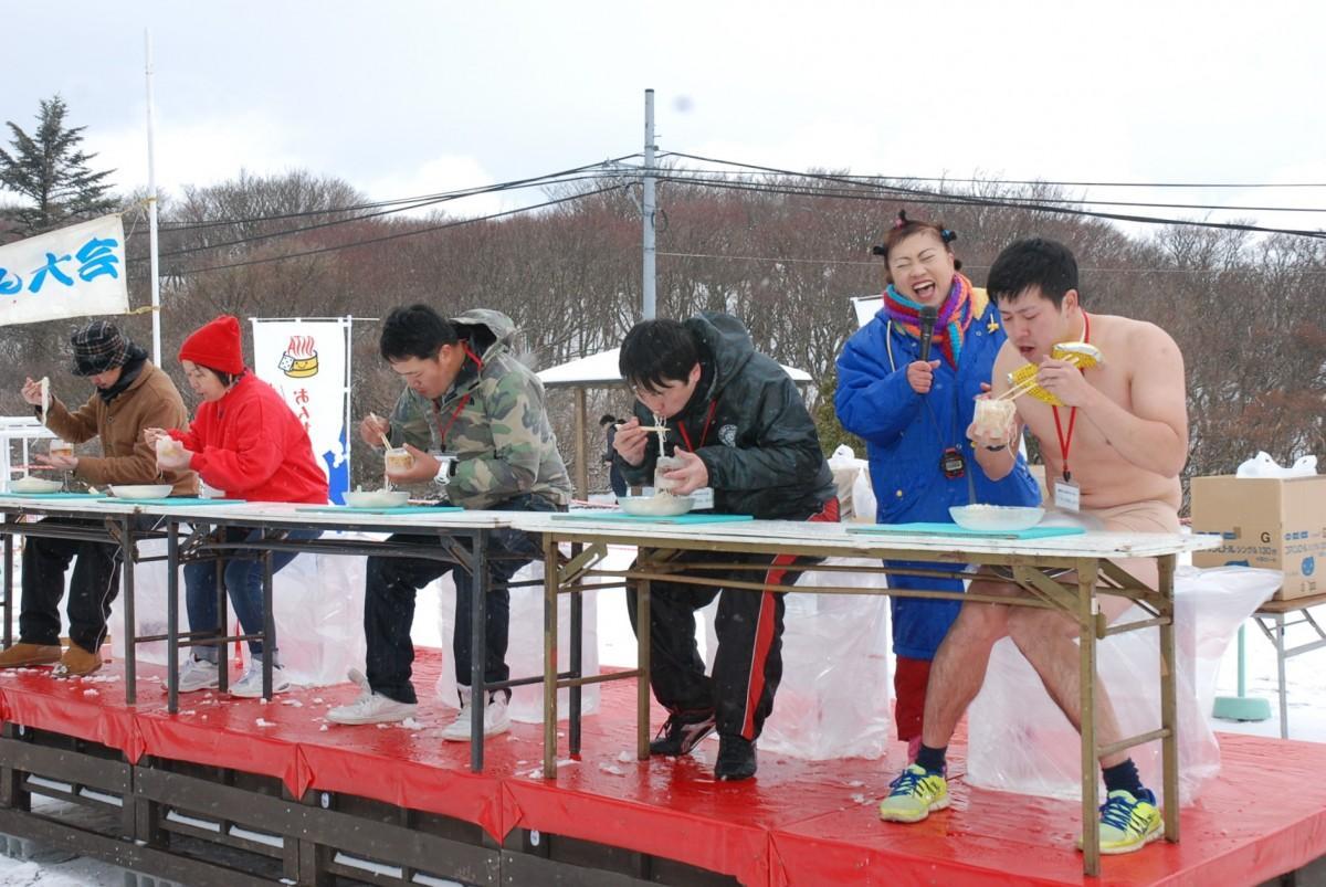 寒風の中で開かれたかき氷早食い競争