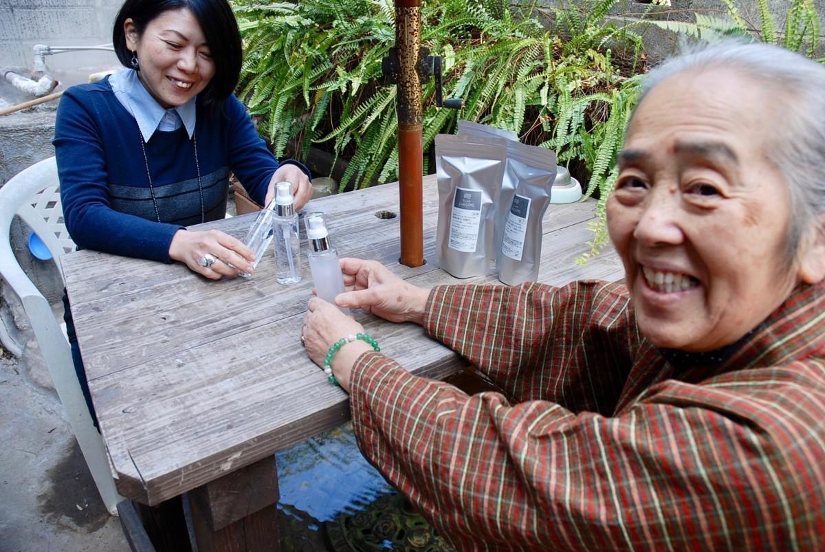 化粧品を手にする伊東さん(右)と中村さん