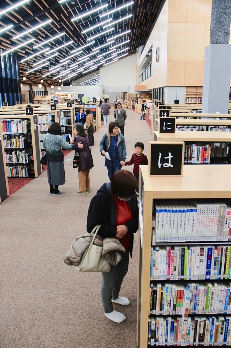 図書スペースの中央に延びる「本のみち」