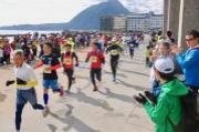 別府市で「鶴見岳一気登山」 春景色の中、3,000人が海から山へ