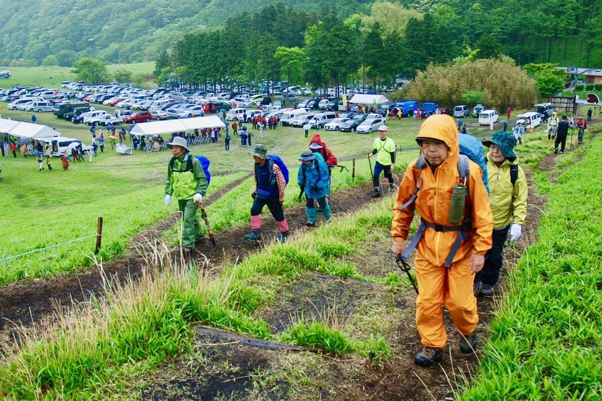 雨と新緑の中で行われた由布岳山開き