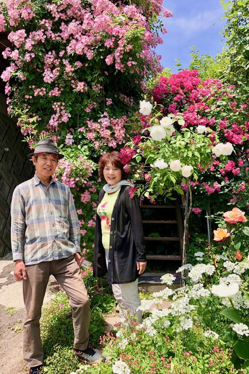バラ園を開放する広川憲治さんとまち子さん