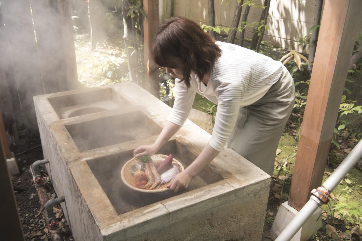 温泉の蒸気で食材を調理する「地獄蒸し」