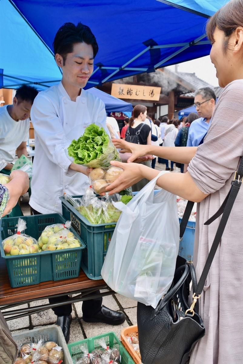 新鮮な野菜を購入する来場者