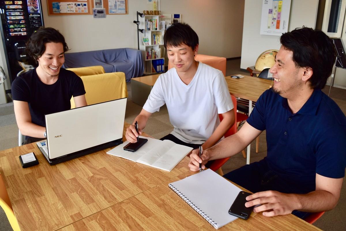 話し合いを進める廣瀬さん、濱田颯士さん(大分大1年)、山形さん(左から)