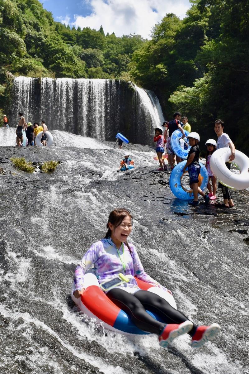 夏空の下に水しぶきと歓声が広がった「龍門の滝」滝開き