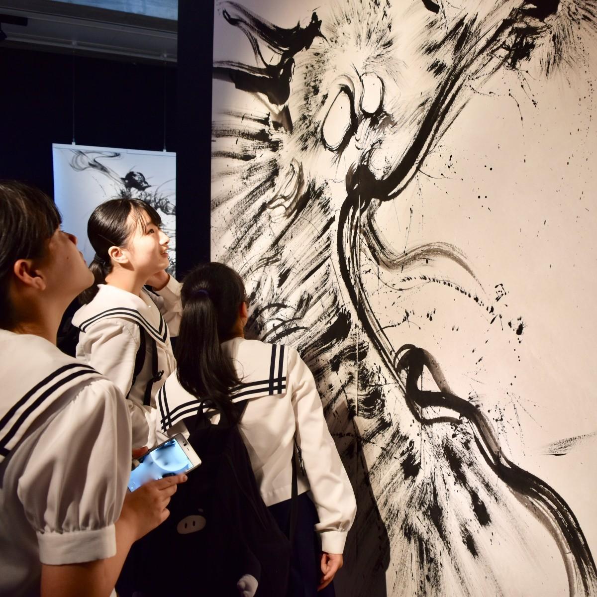 躍動感あふれる作品が並ぶ「西元祐貴 龍のキセキ」展