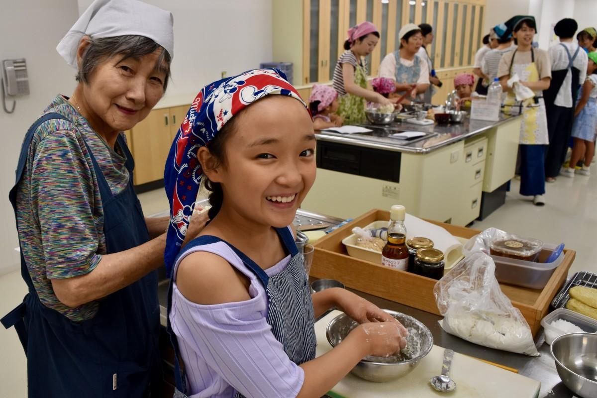 料理教室に参加した高橋さん(左)と安野さん