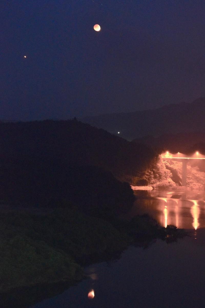 大分川ダムの上空に浮かぶ月と火星(28日4時23分撮影)