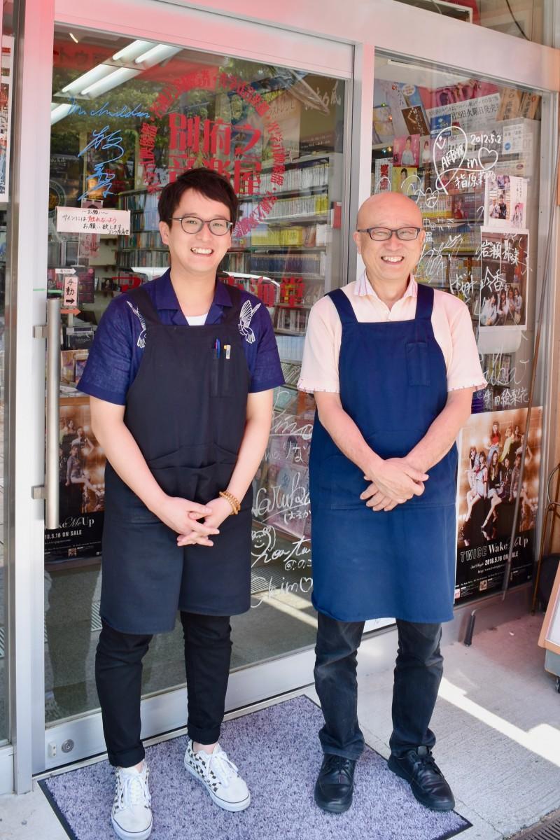 「エトウ南海堂」の江藤二郎さん(右)と慎悟さん