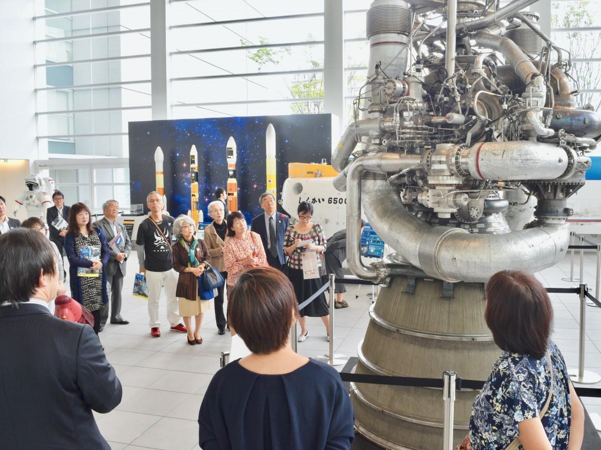 実物のロケットエンジンなどを展示する「海と宙の未来」展