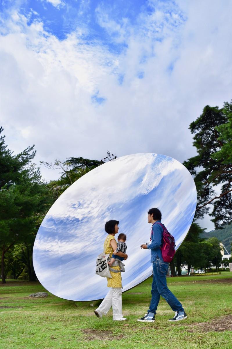 雲間の青空を映し出す「Sky Mirror(スカイミラー)」